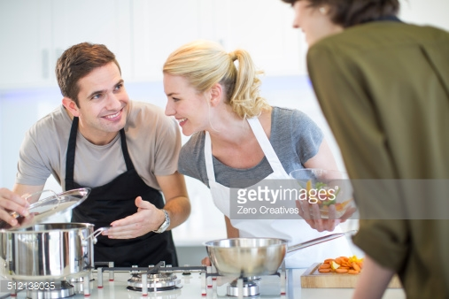 casal cozinhando na panela de alumínio